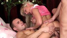 Une double pénétrations pour une blonde coincée entre deux mecs