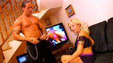 Blonde se fait baiser dans le salon comme une vraie star du porno