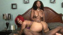 Deux grosses filles black pour s'occuper de sa bite!