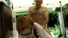 Vieux qui baise une jeune nana devant sa femme totalement jalouse
