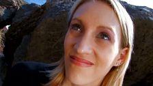 Une blonde aux yeux bleus accroc à la baise hard