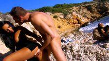 Echangiste amateur: sa copine bronze et lui baise une autre