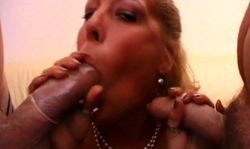 Deux bites dans la bouche pour une banquière très garce et salope