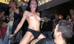 Actrices porno chaudes se lâchent dans une orgie en boite de nuit