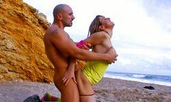 Blonde hyper souple baise sur une plage avec son prof de sport