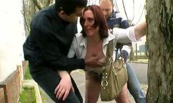 Deux amateurs baisent Sylvie une belle putain en pleine rue