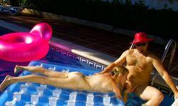 Baise couple mature dans la piscine