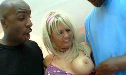 La bourgeoise aux gros seins prise par deux grosses bites black