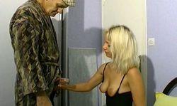 Papi se fait sucer par sa boniche blonde qui aime les vieux